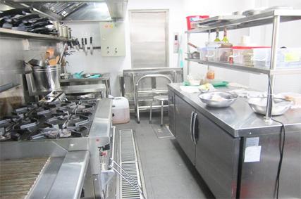 Xu hướng thiết kế bếp công nghiệp bằng vật liệu inox hiện nay