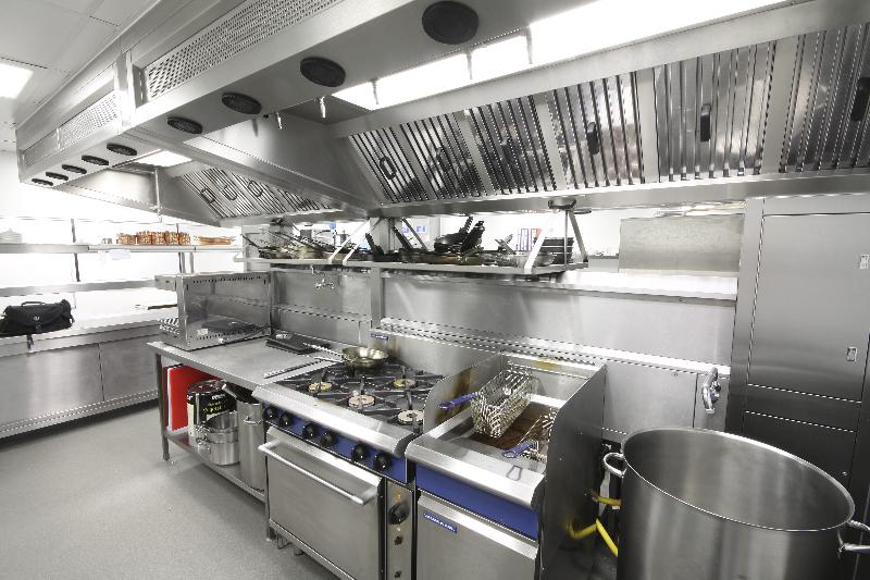 Sắp xếp hệ thống bếp mang tính công nghiệp hợp lý.